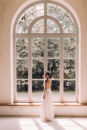 Rose-devant-robe-de-mariée-atelier-swan-collection-2019